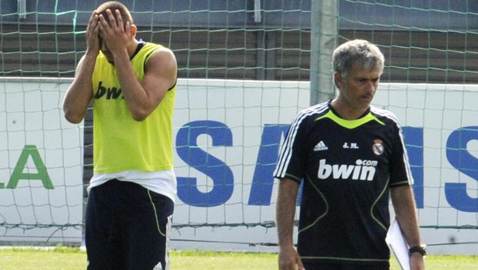 <strong>SØVNIG:</strong> José Mourinho lot Karim Benzema få gjennomgå på Real Madrid-trening foran resten av spillergruppa. Real-sjefen mener franskmannen går rundt i halvsøvne.Foto: SCANPIX/AFP PHOTO/DOMINIQUE FAGET