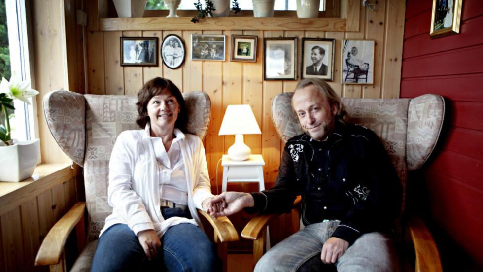 MED KONA: Levi og Elisabeth Henriksen hjemme på Kongsvinger. Mange av diktene i Levis nye bok handler om familielivet og forholdet til kona. Foto: Lars Eivind Bones / Dagbladet