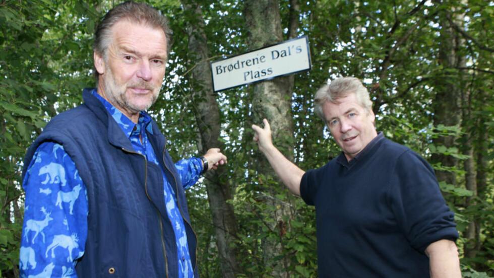 EGEN PLASS: Lars Mjøen og Knut Lystad er tilbake på gamle trakter. På innspillinsstedet for den første Brødrene Dal-serien, oppdaget de at det hadde kommet opp et skilt til ære for dem. Foto: Torbjørn Berg