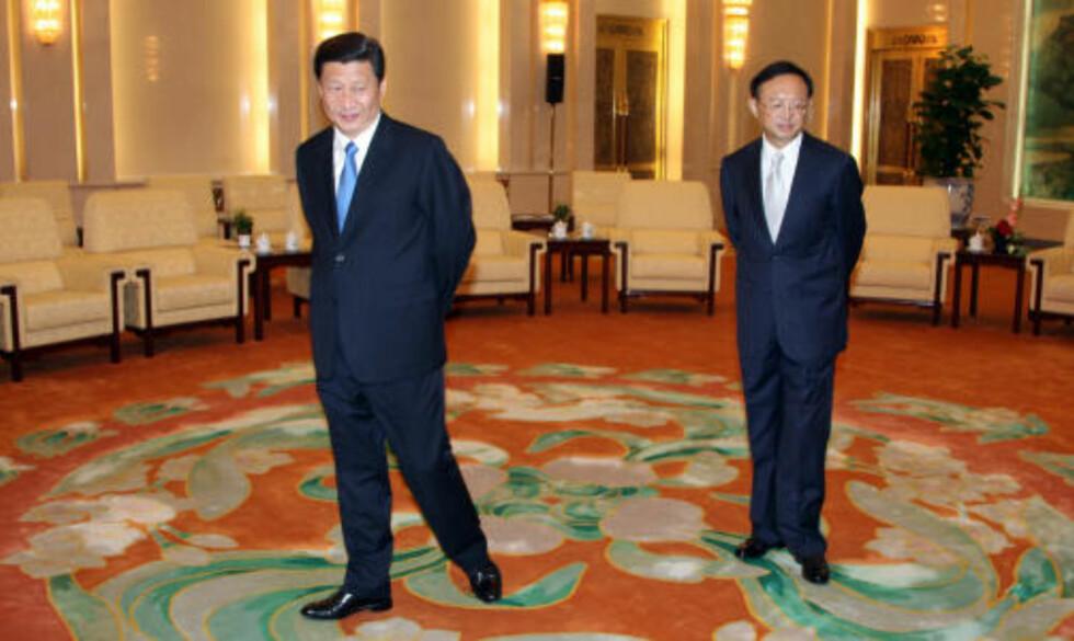 <strong>VIL MED:</strong> Kinas visepresident Xi Jinping og utenriksminister Yang Jiechi venter på Jonas Gahr Støret i Folkets Store Hall i Beijing. Norge støtter fullt ut Kinas ønske om å få observatørmedlemskap i Arktis råd. Foto: Kristoffer Egeberg
