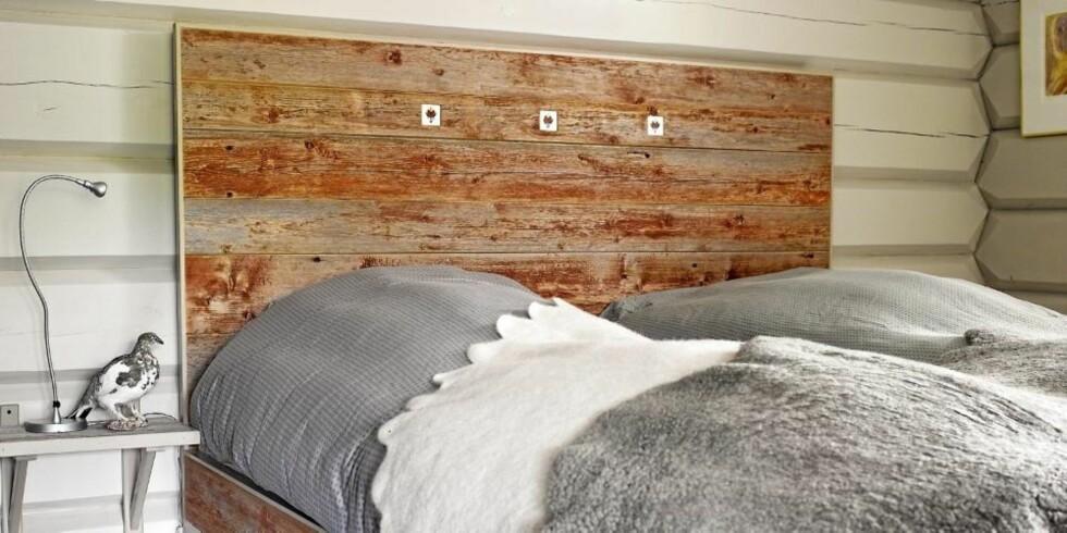 RØFT OG VÆRBITT: Denne sengen er laget av en værbitt og rødmalt låvekledning. Rødfargen har prellet av den gamle låven med tiden, og vær og vind har gitt treverket en røff patina FOTO: Per Erik Jæger