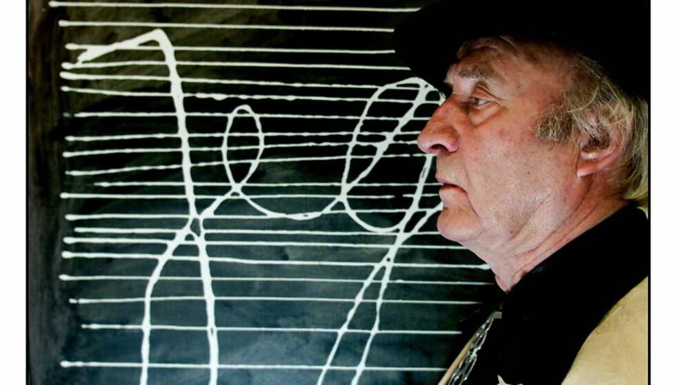 "DØD: Ludvig Eikaas er død. Her foran sitt berømte bildet ""Jeg"" som henger i Eikaas-galleriet i Jøster. Foto: Espen Rasmussen"