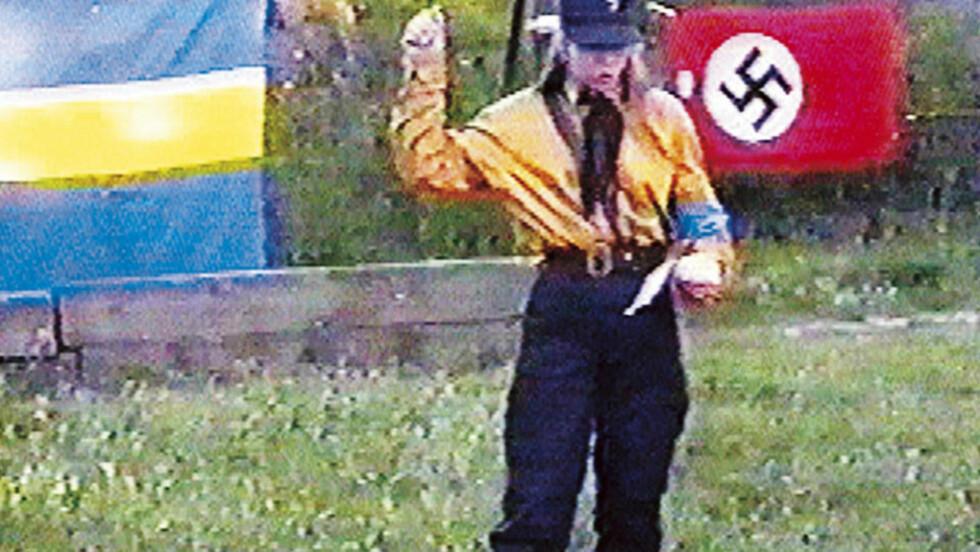 1996 I FULL NAZIUNIFORM: Tina Hallgren Bengtsson brukte naziuniform offentlig mens hun jobbet for Sverigedemokraterna. På denne tiden var dette slett ikke uvanlig, og den nye lederen Mikael Jansson måtte innføre uniformsforbud. Hallgren Bengtsson forlot SD til fordel for partiet Nationalsocialistisk Front, som hun taler for på dette bildet. Foto: Expo