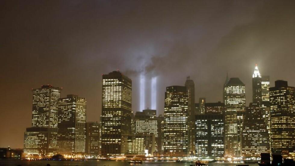 SKYLINE: Manhattan skyline er en av tingene man bør få med seg i USA. De to lysstrålene representerer tvillingtårnene som raste under terroristangrepet 11. september 2001. Foto: Reuters
