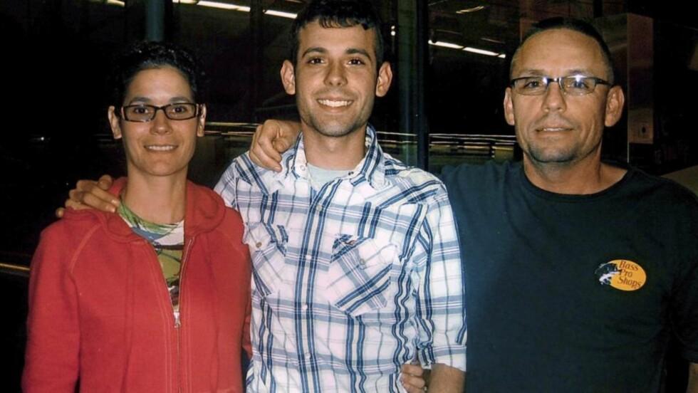 STØTTES AV FAMILIEN: Drapssiktede Adam Winfield, med moren Emma og far Christopher. Foto: AP/Courtesy Winfield Family/Scanpix