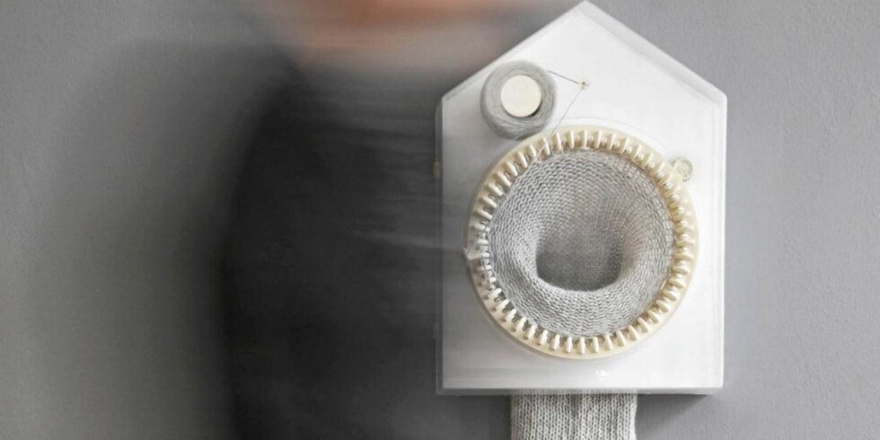 TID FOR DESIGN: Den strikkende klokken strikker en maske for hver halve time og er designet av Siren Elise Wilhelmsen.   FOTO: CAMRON PR