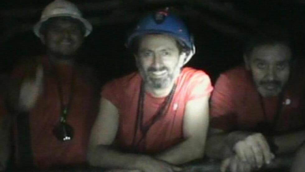 GLEDE: En av de innesperrede gruvearbeiderne ble igår far til en liten datter. Det kan ta flere måneder før den lykkelige faren kan få holde den nyfødte. Bildet er tatt ved en tidligere anledning. Foto: Scanpix