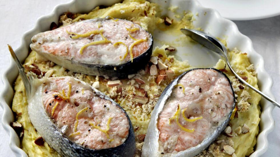 I god form: Potetmos er et fint utgangspunkt for å lage en slags kake, og godt tilbehør til både fisk og kjøtt. Her, potetmosform med laks. foto: Mette Randem.