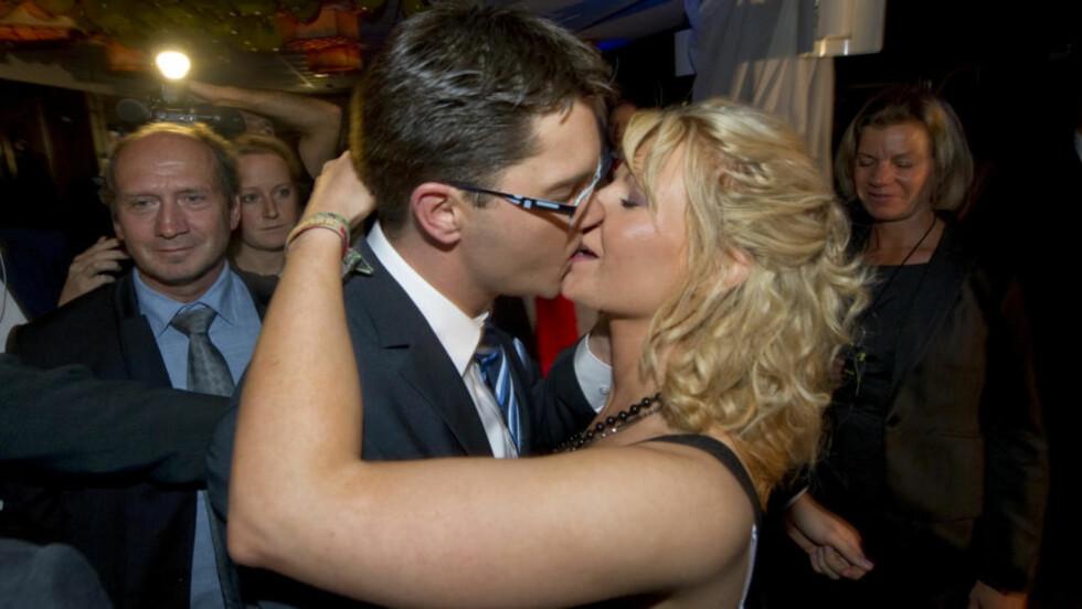 SEIERHERRE: Sverigedemokraternas partileder Jimmie Åkesson kysser venninnen Louise Erixon i det han skal til SVTs valgvake. Det kontroversielle høyrepartiet er på vippen i Sverige. Foto: FREDRIK SANDBERG / SCANPIX