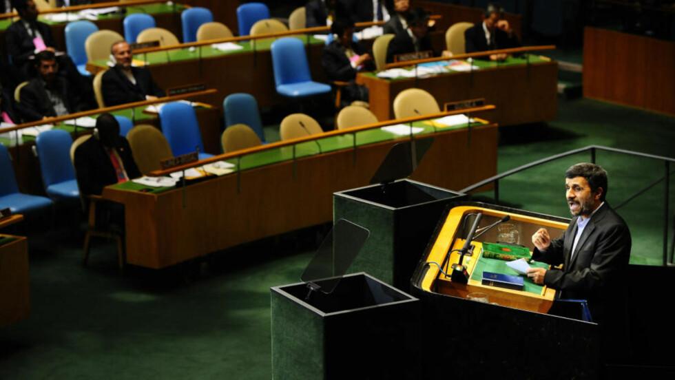 TALTE: Mahmoud Ahmadinejad presenterte kjente konspirasjonsteorier i FNs 65. generalforsamling. Delegatene fra USA og EU forlot salen, mens Norges representant Trygve Slagsvold Vedum ble sittende. Foto: AFP
