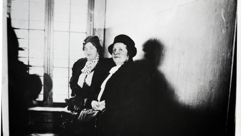 SEANSE: Ingeborg Køber i retten, ledsaget av en påpasselig politikvinne. Foto: FRA BOKA