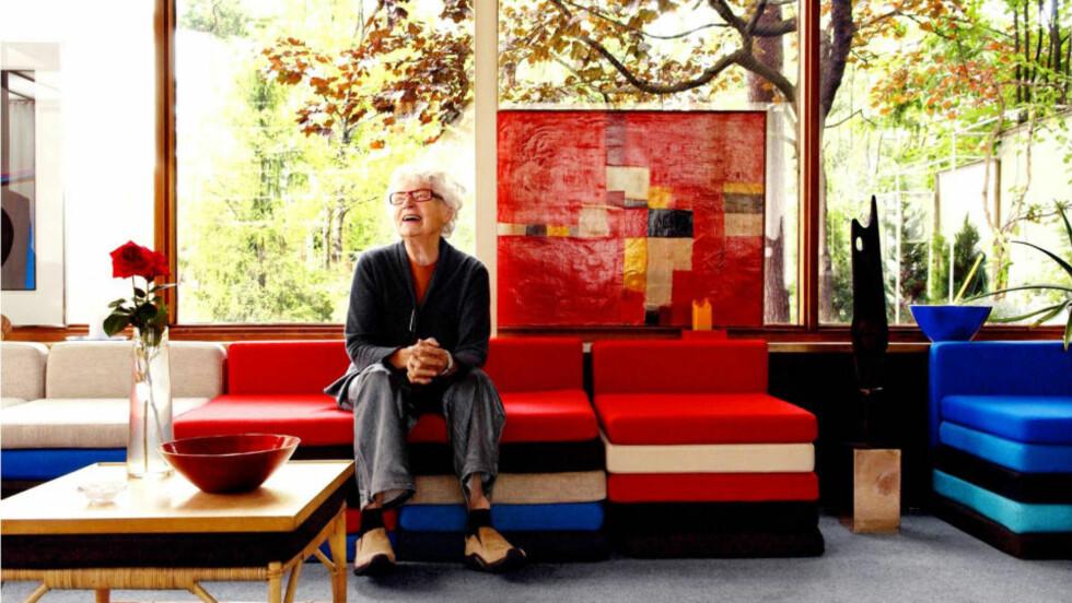 AKTIV TIL DET SISTE: Så seint som i 2004 dro den da 86 år gamle designeren til Beijing for å følge produksjonen av sin siste kolleksjon. Bilde fra boka «Grete Prytz Kittelsen. Emalje og design». Foto: Nina Ruud