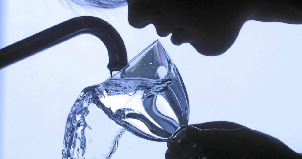 VÆSKEBALANSE: Drikk nok, men ikke for mye. Illustrasjonsfoto: www.colourbox.com