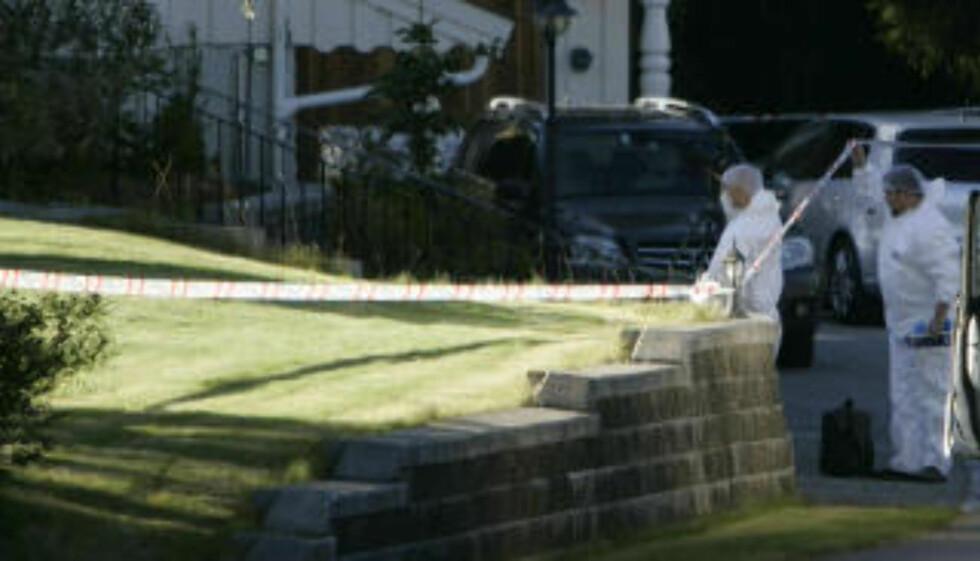 UNDERSØKER STEDET: Kriminalteknikere arbeider nå der en 60-åring ble drept tirsdag. Foto: Torbjørn Grønning.
