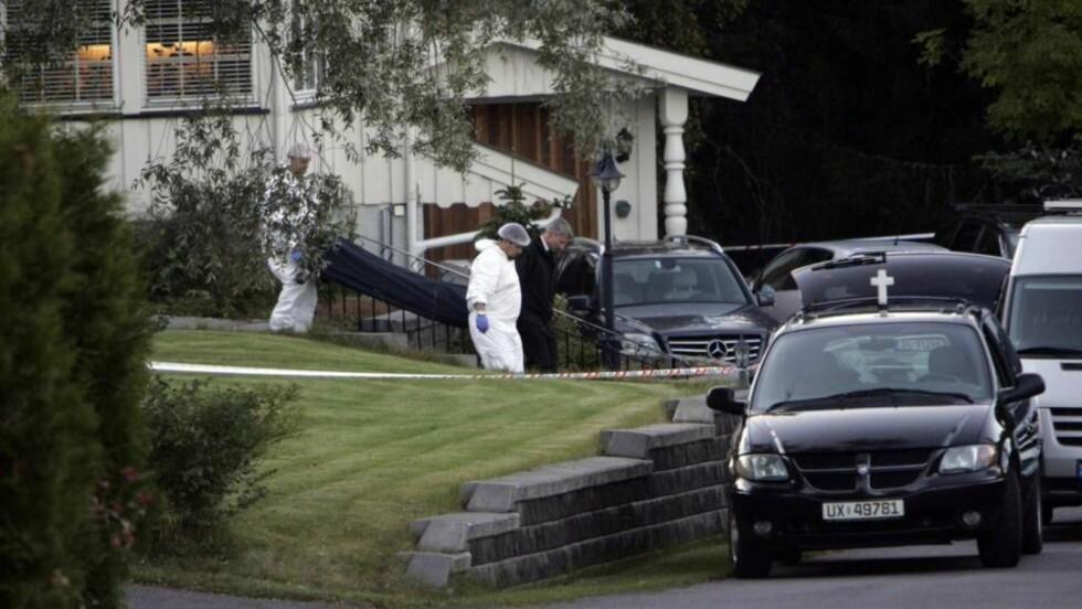 BÆRES UT: Den drepte 60-åringen ble tirsdag ettermiddag båret ut av huset hvor han ble drept. Foto: Torbjørn Grønning.