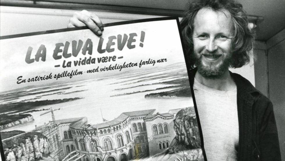 SLAKTEKLAR: Den erklærte anarkisten, filmregissøren og skuespilleren Bredo Greve med plakaten for halvdokumentariske «La elva leve», som tok utgangspunkt i konflikten mellom demonstranter og kraftutbyggere ved Alta-elva i 1979, og åpnet den norske filmfestivalen i 1980. Foto: Johan Brun