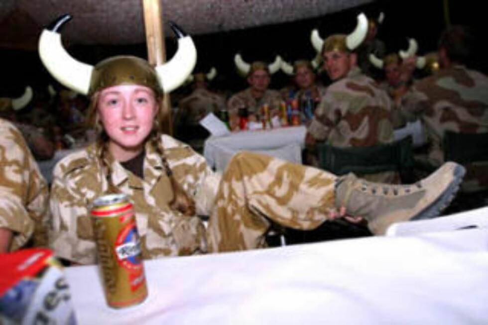 BERNIE THE BRIT: Den britiske korporalen Bernie Briggs er her fotografert av Forsvaret under vikingfesten i Irak i 2004. Foto: Forsvaret