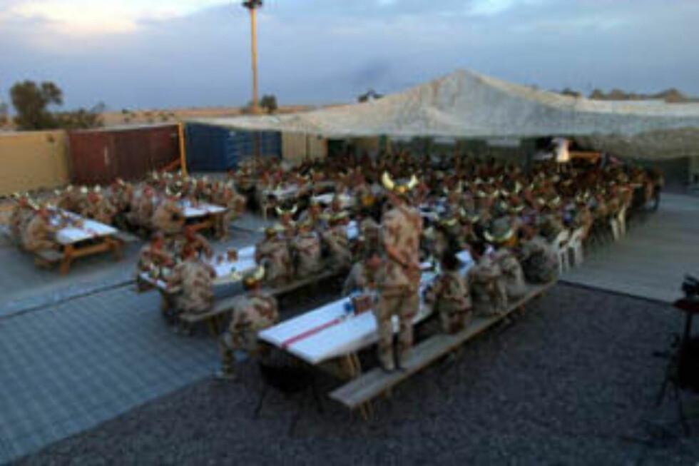 ALIIERT FEST: Her er 200 vikinger samlet til fest i Irak. Dette var de norske styrkenes måte å feire sammen med allierte fra Storbritannia, Danmark, Nederland, Tsjekkia og New Zealand. Foto: Forsvaret