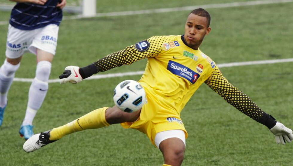 KAN SPILLE FOR GHANA: Strømsgodset-keeper Adam Larsen Kwarasey ønsker å spille for landslaget til Ghana. Det kan bli mulig etter at han nå har fått ghansisk pass, ettersom han ikke har a-landskamper for Norge. Foto: Erlend Aas, Scanpix