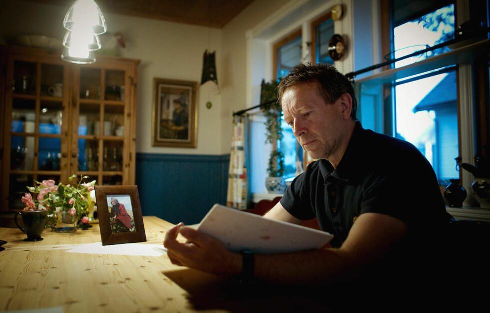 TUNG LESNING: Elsemarit Fjeldheim førte sirlige dagboknotater under hele sykeleiet. Etter hennes død i 2006 fikk lillebror Terje Fjeldheim (54) innblikk i hva som virkelig hadde skjedd da søsteren valgte bort skolemedisin til fordel for Ryke Geerd Hamers «germanske nye medisin». Foto: BJØRN LANGSEM/DAGBLADET