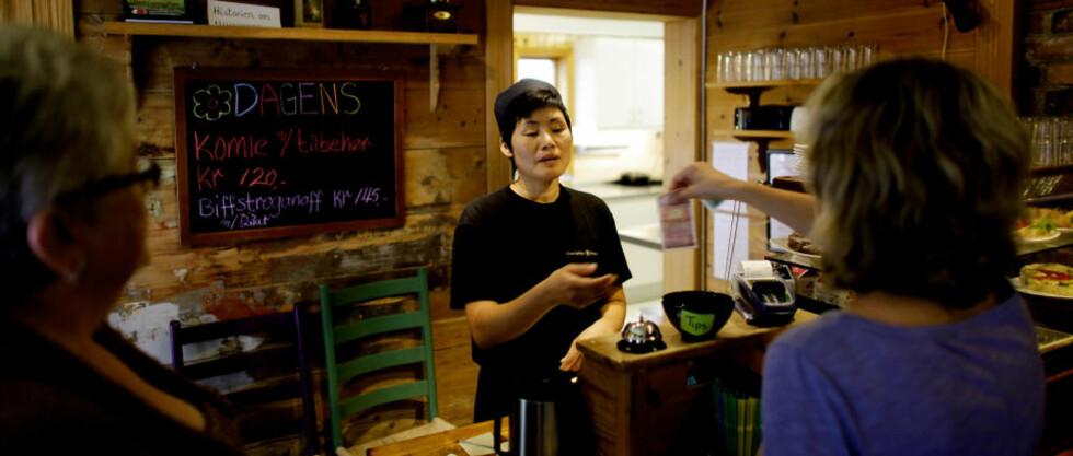 FASTE: Mina Jørgensen har mange faste kunder på Fargeriet. Alle foto: Ole C. H. Thomassen