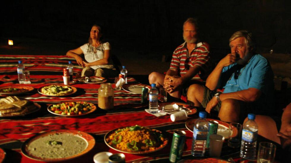 KVELDSMAT: Den stille ørkennatten  gir rom for både god mat - og ettertanke rundt bordet mens leirbålet blafrer. Ett og annet stjerneskudd blafrer over himmelen - som allerede er stappfull av små og store stjerner. Alle foto: Eivind Pedersen