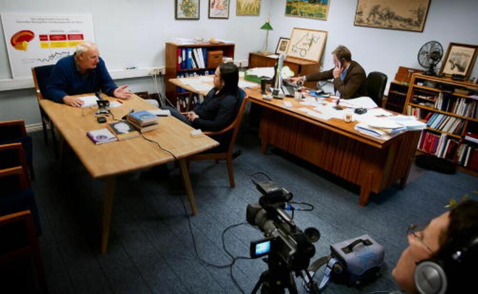 AVBRUTT INTERVJU: Hamer (t.v.) nektet å svare på kritiske spørsmål da Dagbladet møtte ham til intervju i Sandefjord. Intervjuet ble avbrutt. T.h. Hamers spanske samboer, bak kontorpulten advokat Erik Bryn Tvedt. Foto: BJØRN LANGSEM