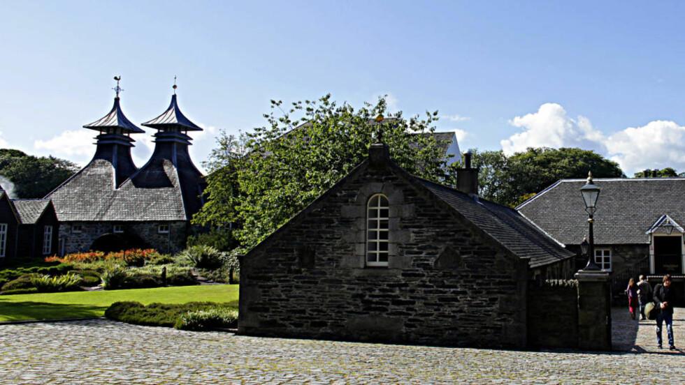TØRKING: Legg merke til tårnene på Strathisla som forteller om tørking og røyking av byggmalt. Alle foto: OLE C.H.THOMASSEN