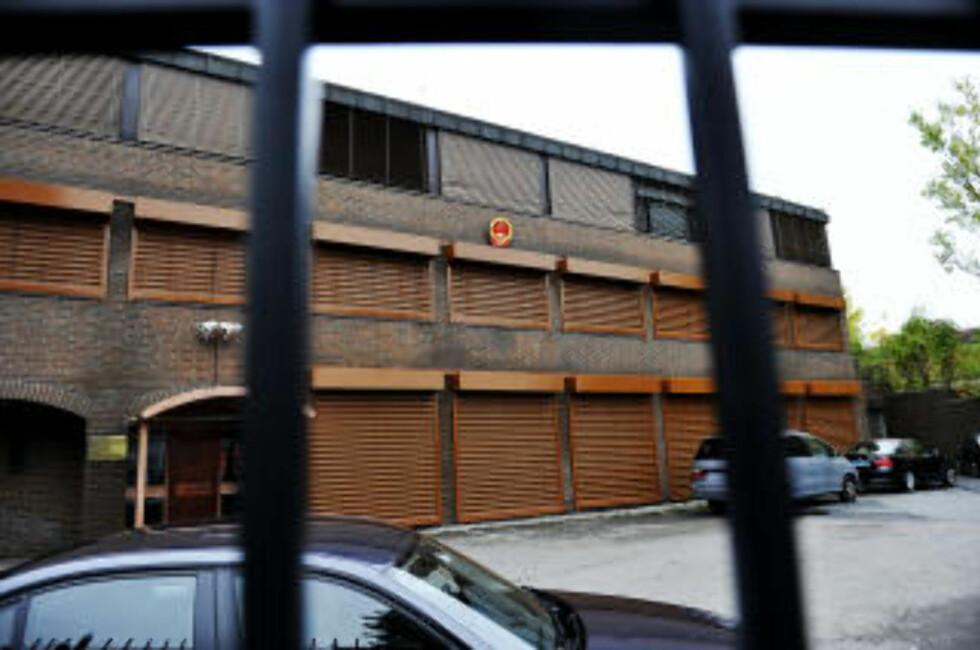 TILBAKETRUKKET: Den kinesiske ambassaden bak høye gjerder og lukkede vinduer. Ambassaden ligger på Vinderen i Oslo.  Foto: Jon Terje Hellgren Hansen / Dagbladet