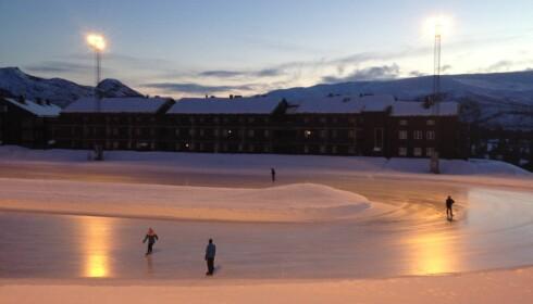 GRATIS: Ved badelandet er det en skøytebane som er helt gratis å bruke. FOTO: Destinasjon Hovden