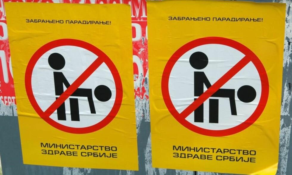 PARADERING FORBUDT: En høyreorienterte organisasjon står bak denne plakaten som finnes overalt i Beograd. De har lekt med ordene slik at det kan se ut som om den er signert av helsedepartementet, men egentlig står det sunnhetsdepartementet. Foto: KRISTIAN KAHRS