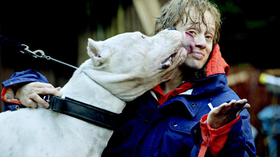 SUSSEBASS: Den enorme hunden av typen Dogo Argentino veier 65 kilo, har kamphundblod i kroppen og er ulovlig i Norge. Aksel Hennie har full tillit til sin motspiller og har utviklet et nært forhold til hunden. Foto: Lars Eivind Bones