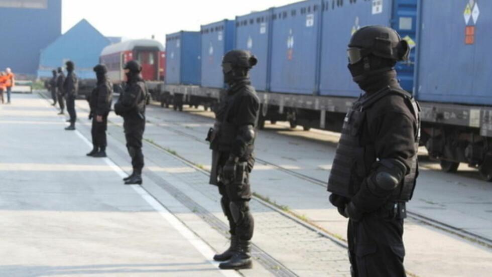TUNGT BEVOKTET: Lasten var tungt bevoktet med væpnet politi og helikoptre da våpenanriket uran ble fraktet til havna i Gydnia i Polen. Foto: National Nuclear Security Administration.