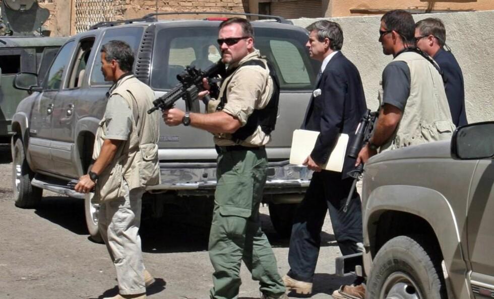 OMSTRIDT: Blackwater-vakter vokter daværende administrator i Irak Paul Bremer. Bremer gjorde leiesoldater fritatt fra irakiske lover. Foto: EPA/Scanpix