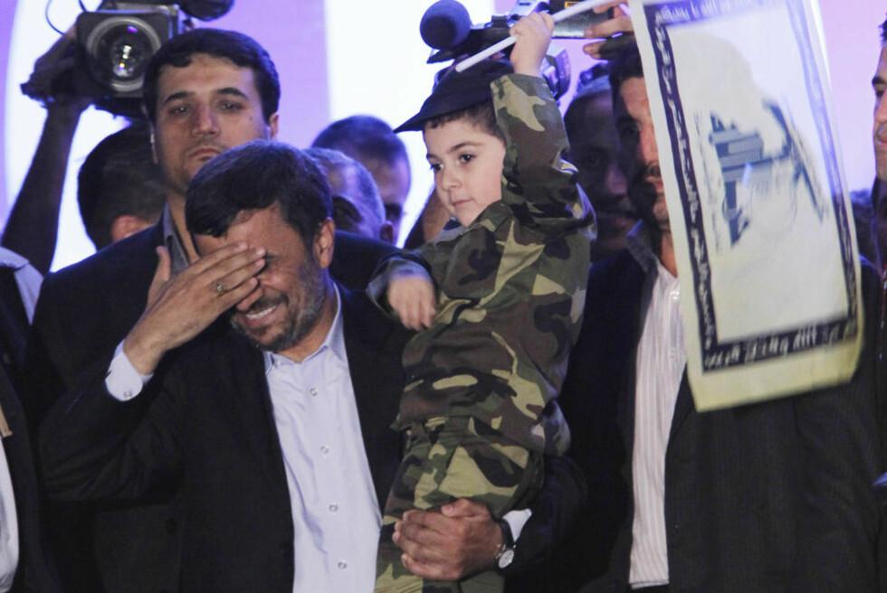 HEDRET: En uniformert gutt med Hizbollah-flagg var blant ingrediensene i president Ahmadinejads Libanon-besøk. Bildet er fra Beirut i går. Foto: Hussein Malla/AP/Scanpix
