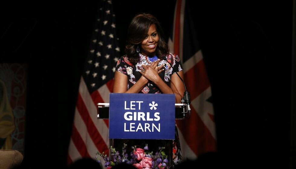 POPULÆR: Kona til nåværende president Barack Obama, Michelle Obama, er en veldig populær dame. Hun er så populær at mange ser ut til å tro at hun kan vinne dersom hun stiller som presidentkandidat i 2020. Foto: AFP PHOTO / JUSTIN TALLIS / NTB Scanpix