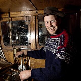 ELSKER BÅTLIVET: Oddvar Jenssen har gjort om en gammel fiskesjark til en fritidsbåt, og er ute på sjøen så ofte han kan. Foto: Tomm W. Christiansen / Dagbladet