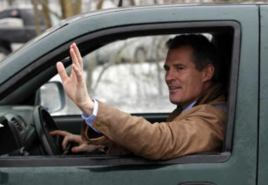 KJØRTE SELV: Scott Brown kom kjørende på egen hånd, da valglokalene åpnet i dag. Foto: AP Photo/Robert F. Bukaty/SCANPIX
