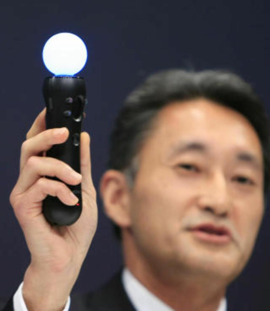 LYSKULE: Her viser Sony-topp Kazuo Hirai fram den nye kontrolleren som vil la deg styre PS3-spill med bevegelser. Foto: SCANPIX
