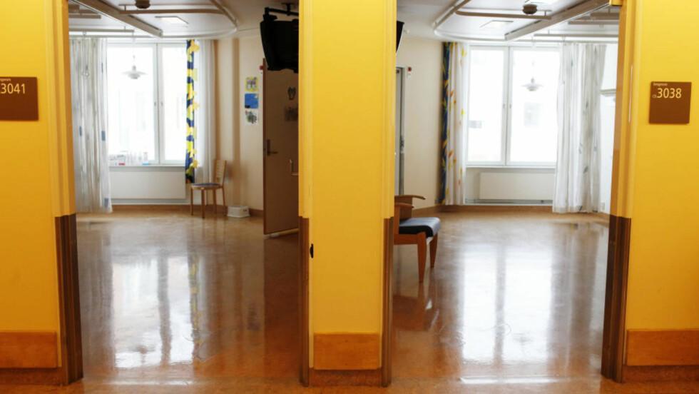 LEDIG KAPASITET: Her var Rikshospitalets ortopedi-, øre-, nese- og halspost for barn. Nå er den presset inn på arealet til nevrokirurgiavdelingen, men ingen andre bruker de fraflyttede lokalene per i dag. Foto: Siv Johanne Seglem/ Dagbladet.  Bildetekst:Tomme rom på rikshospitalet Foto: Siv Johanne Seglem / Dagbladet