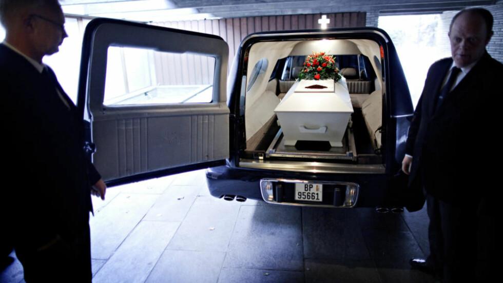 Til jord skal du bli: Agentene fra begravelsesbyrået tar kista med Jan Erik Fosshaug med seg på den siste etappen, til krematoriet.