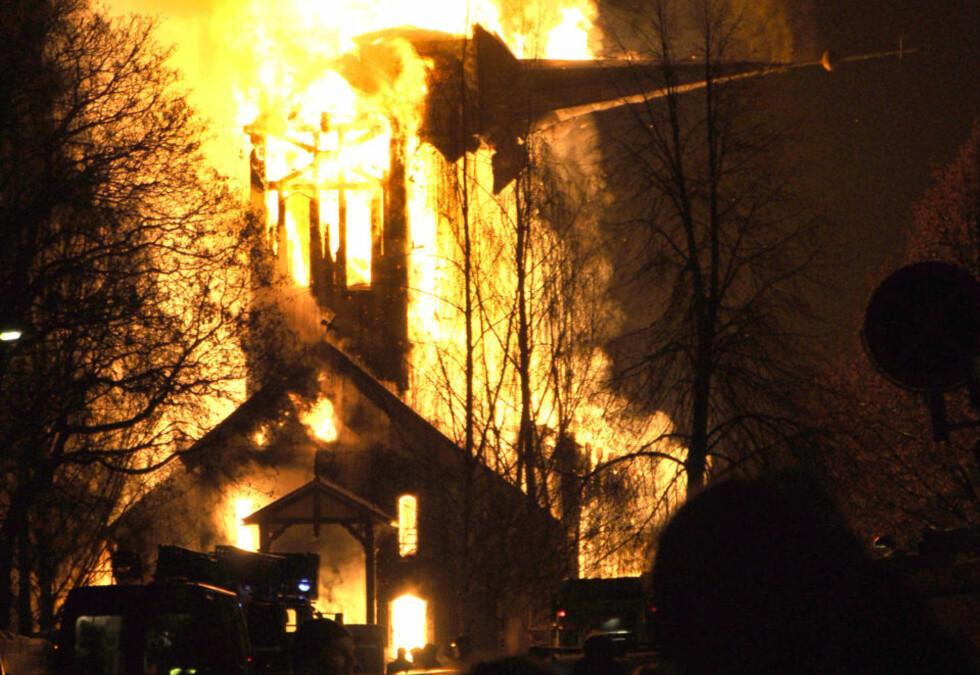 HØNEFOSS KIRKE: Hønefoss kirke brant ned til grunnen tirsdag kveld. Foto: Ole H Krokstrand / Scanpix