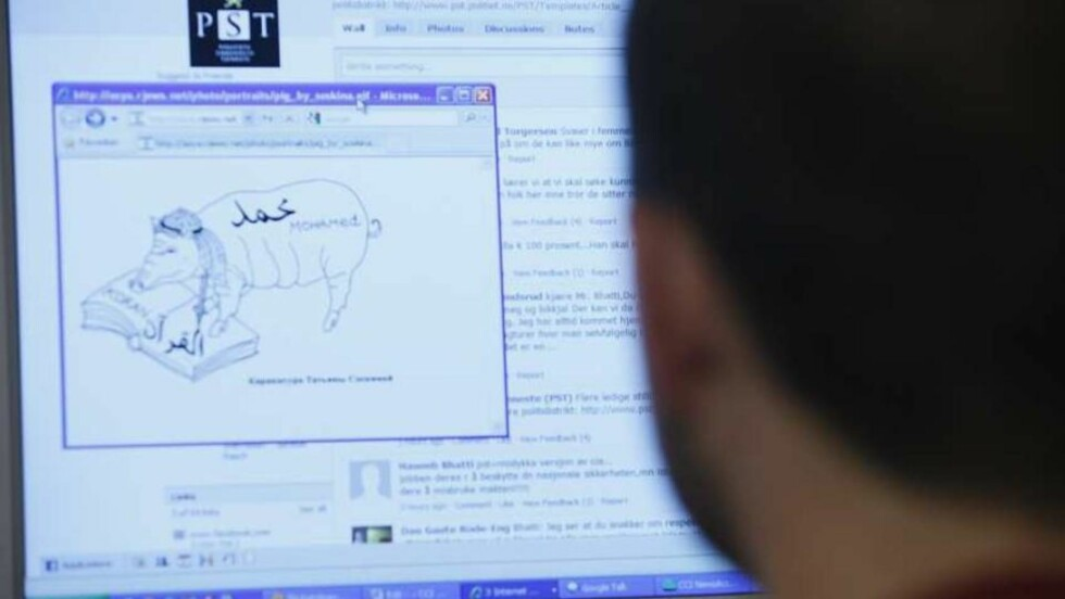 RYSTET: Arfan Bhatti er opprørt over debatten som raser på PST sine hjemmesider. Han mener PST må bli bedre til å stoppe sjikanerende innlegg. Her med en karikatur av Muhammed som det ble lenket til fra sidene. Foto: Jon Terje H. Hansen