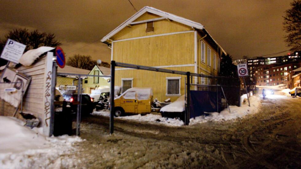 TYVERIREIR:  I dette huset i Hasleveien 4 på Carl Berner - midt i et tettbefolket og høytrafikkert boligområde tett på Oslo sentrum - fant politiet hundrevis av stjålne verdigjenstander i morges. Femten menn og fire kvinner er pågrepet, foreløpig siktet for grovt heleri. FOTO: BJØRN LANGSEM.