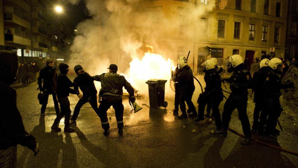TENTE BÅL I GATENE: Demonstrantene markerte sin motstand mot Oslo kommunes utkastelse av husokkupantene i Hausmannsgate 42. Foto: Øistein Norum Monsen