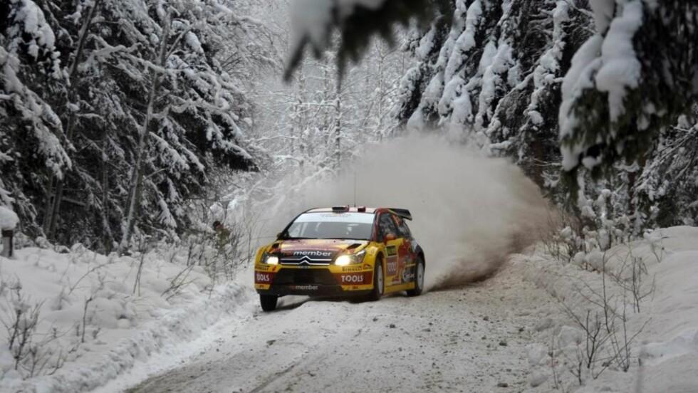 FEM MINUTTER BAK TETEN: Petter Solberg ble stående i snøfonna med sin nye bil i Rally Sverige. Foto: Teambild/Tony Welam