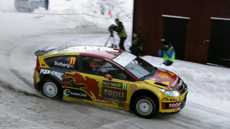 TILSKUERTRØBBEL: Petter Solberg i aksjon i går. I dag møtte så mange tilskuere fram at det tok tid før rallyførerne kunne starte i Hagfors. Foto: Scanpix / Reuters / Micke Fransson.