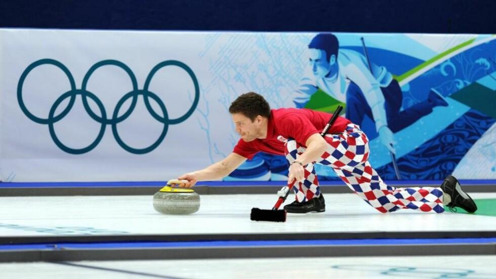 VEKKER OPPSIKT: De norske curlinggutta, her ved Thomas Løvold, skaper overskrifter i Canada med sine nye benklær. Foto: EPA