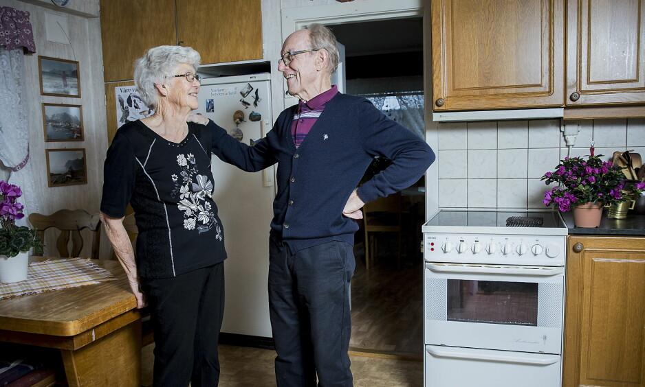 FANT HAM PÅ GULVET: - Det har blitt en del munngymnastikk, sier Herman Lippestad (85). I september fikk han hjerneslag, og det var bare flaks at kona Reidun (81) bare var 10 minutter unna da uhellet rammet. Foto: Bjørn Langsem