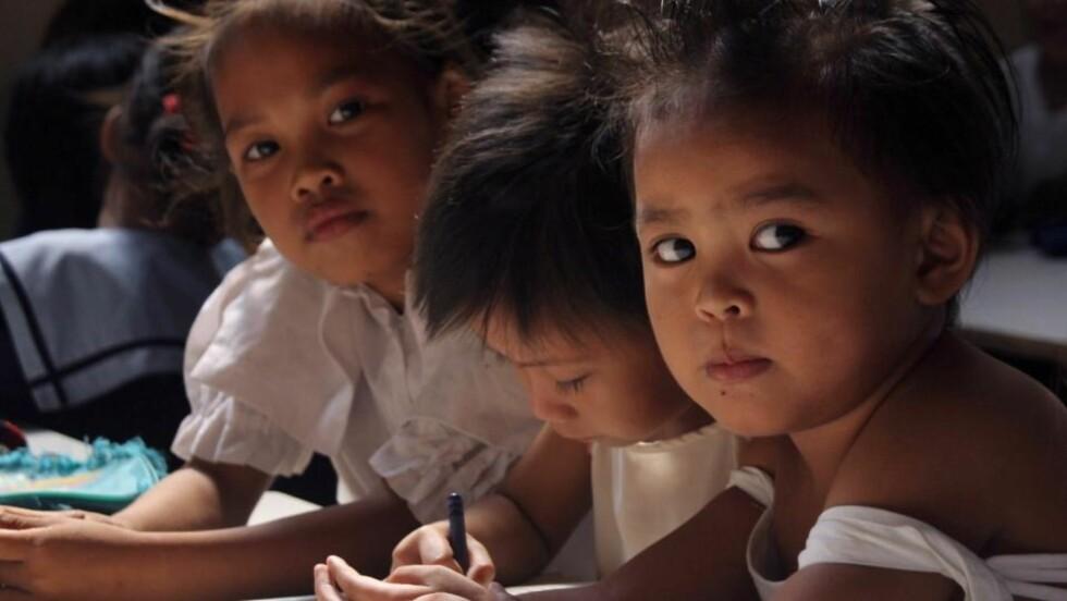 VI FØDER FÆRRE BARN: I rike land har velstandsøkning ført til at hver kvinne får relativt få barn. Nå følger utviklingslandene etter - og fødselstallene faller i mange av de største landene i verden. Disse barna kommer fra Manila på Fillippinene. Foto: JASON GUTIERREZ/AFP/Scanpix